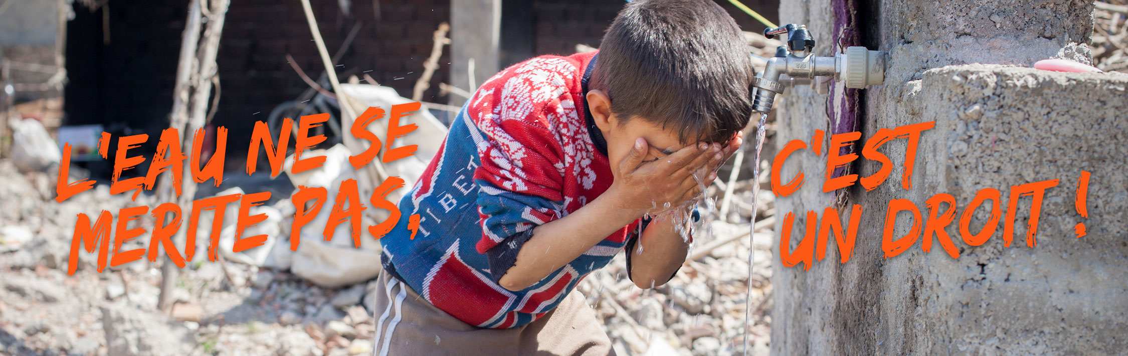 Header de la campagne L'Eau est un Droit représentant un enfant se lavant le visage